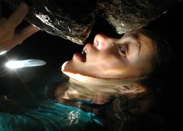 Olivia Wilde  in una scena drammatica del film Turistas