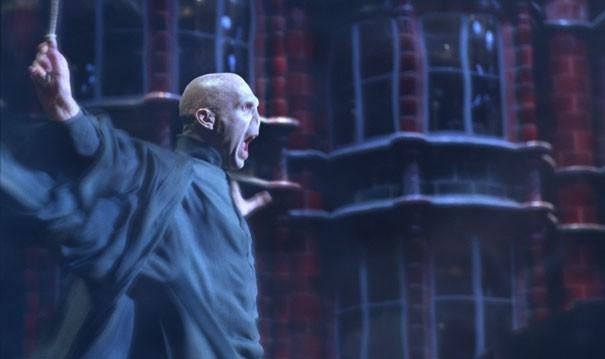 Joseph Fiennes è Lord Voldemort in una scena del film Harry Potter e l'Ordine della Fenice