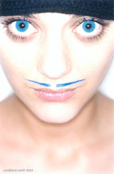 baffi e occhi azzurri per Marion Cotillard