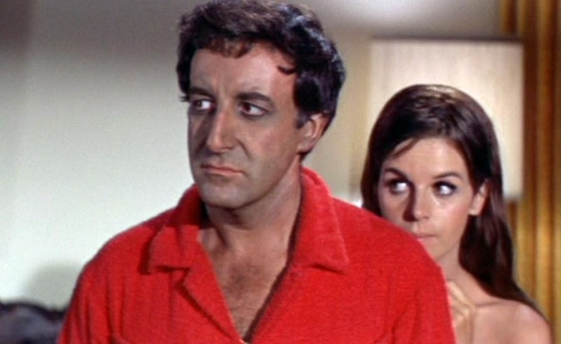 Peter Sellers con Claudine Longet in una scena del film Hollywood Party