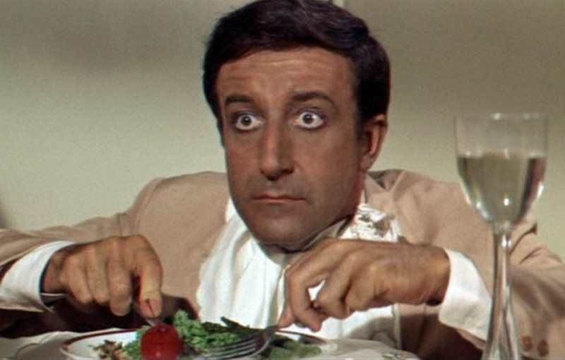 Peter Sellers in una scena del film Hollywood Party