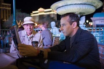 Carl Reiner e Eddie Jemison in una scena del film Ocean's Thirteen