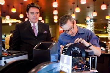 Michael Harney e Eddie Jemison in una scena del film Ocean's Thirteen