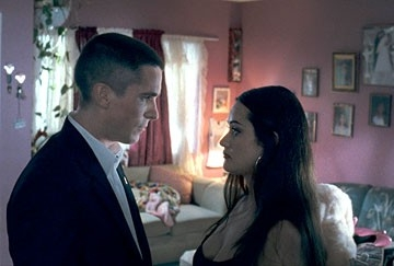 Samantha Esteban e  Christian Bale in una scena del film Harsh Times - I giorni dell'odio