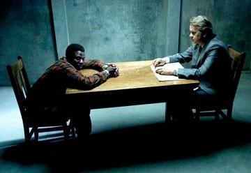 Tim Robbins con l'attore Derek Luke in una scena del film Catch a Fire