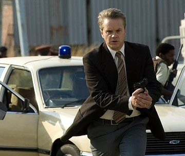 l'attore Tim Robbins in una scena del film Catch a Fire