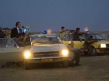 Tim Robbins in una sequenza d'azione del film Catch a Fire