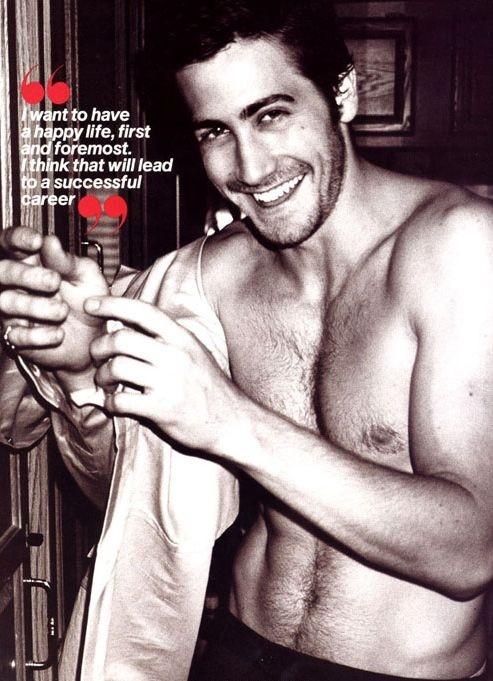Sorriso irresistibile e posa sexy per Jake Gyllenhaal