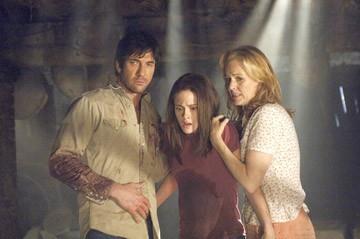 Kristen Stewart, Dylan McDermott e Penelope Ann MIller in una scena del film The Messengers