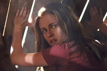 Un primo piano di Kristen Stewart in una scena del film The Messengers