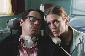 Mathieu Amalric e Marie-Joseé Croze in una scena del film Le scaphandre et le papillon
