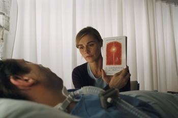 Mathieu Amalric ed Anne Consigny in una scena del film Le scaphandre et le papillon