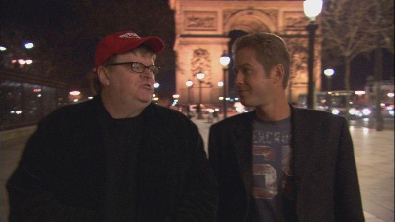 Michael Moore in una scena del documentario Sicko