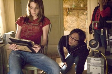 Oxide Pang e Kristen Stewart sul set del film The Messengers