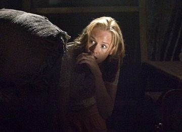 Penelope Ann MIller in una scena drammatica del film The Messengers