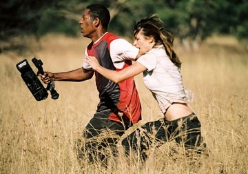 Brooke Langton e Orlando Jones in una scena del film Primeval