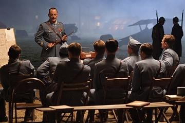 Jean Reno in una scena del film Giovani Aquile