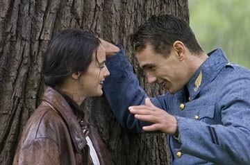 Jennifer Decker e  Jean Reno in una scena del film Giovani Aquile