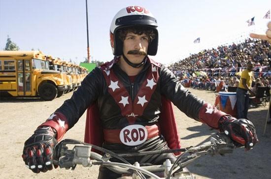 Andy Samberg in una scena di Red Hot