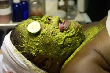 trattamento di bellezza 'in verde' per Monique Imes in una scena di Phat Girlz