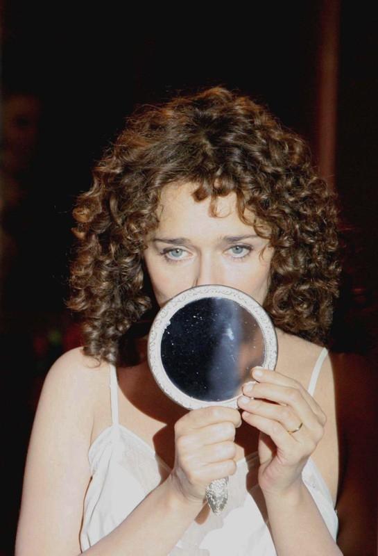 la magnetica Valeria Golino in una scena del film Il sole nero