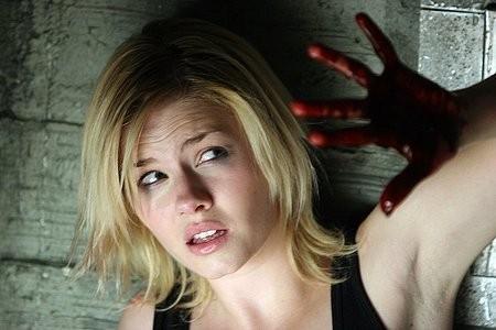 Elisha Cuthberth in una scena del thriller Captivity