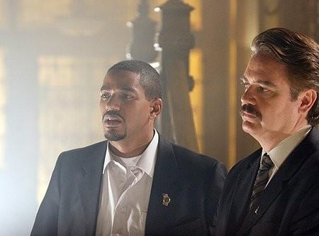 Laz Alonso e Michael Harney in una scena del film Captivity