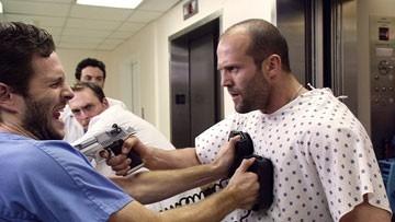 Glenn Howerton e Jason Statham in una scena del film Crank