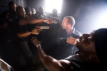 Jason Statham in una scena del film Crank, regia di  Mark Neveldine