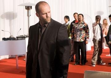 Il protagonista Jason Statham in una scena del film Crank