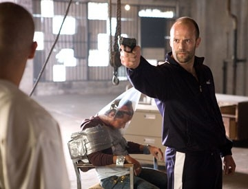 Il killer Chev (Jason Statham) in una scena del film Crank