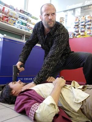 Jason Statham protagonista di una scena d'azione del film Crank
