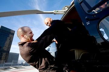 Jose Pablo Cantillo e Jason Statham in una scena del film Crank