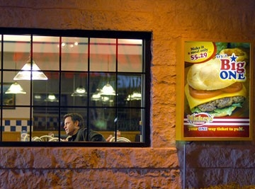 l'attore Greg Kinnear in una scena del film Fast Food Nation