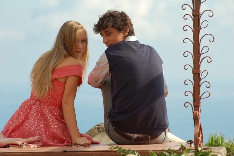 Corrado Fortuna con Elena Bouryka in una scena del film Agente Matrimoniale