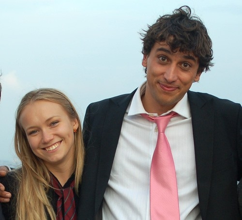 Corrado Fortuna e Elena Bouryka in una scena della commedia Agente Matrimoniale