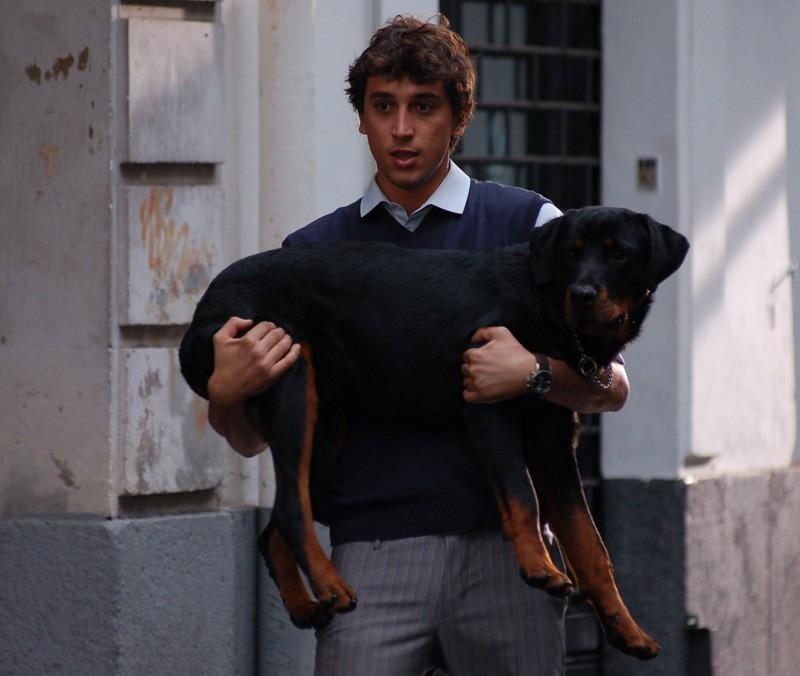Corrado Fortuna in una scena della commedia Agente Matrimoniale