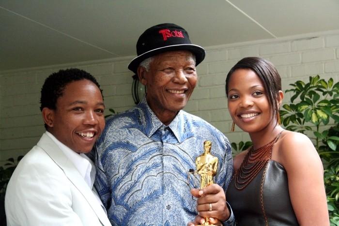 Nelson Mandela con l'Oscar di Tsotsi