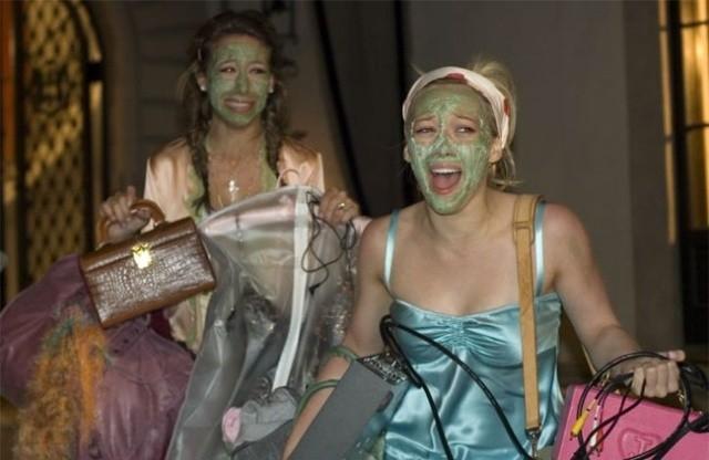 trattamenti di bellezza per Haylie e Hilary Duff in una scena di Material Girls
