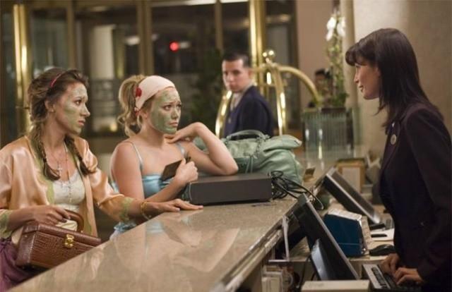 le sorelle Haylie e Hilary Duff in una scena di Material Girls