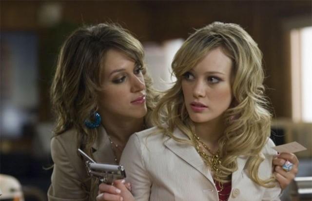Hilary e haylie Duff in una scena di Material Girls