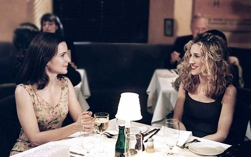 Kristin Davis con Sarah Jessica Parker in una scena di Sex and the City, episodio Mancanza di sesso