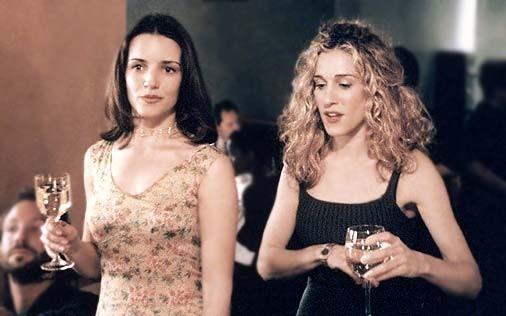 Kristin Davis accanto Sarah Jessica Parker in una scena di Sex and the City, episodio Mancanza di sesso