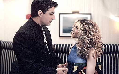 """Sarah Jessica Parker e Chris """"Mr. Big' Noth in una scena del primo episodio di Sex and the City"""