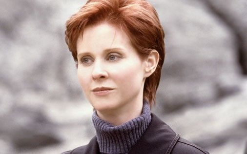 Cynthia Nixon è Miranda Hobbes in una scena di Sex and the City, episodio Gli uomini sono tutti... strani?