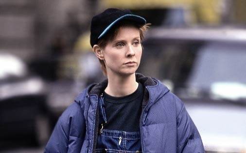Cynthia Nixon è Miranda in una scena di Sex and the City, episodio Gli uomini sono tutti... strani?