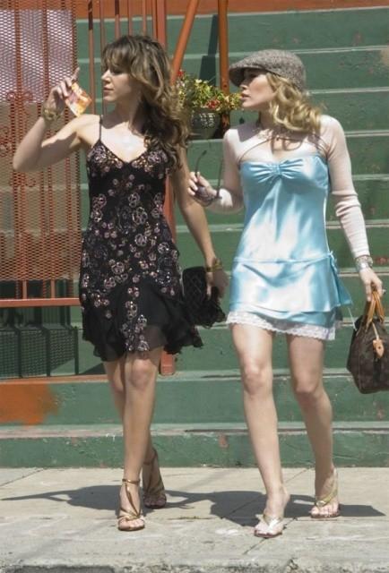 Haylie e Hilary Duff in una sequenza di Material Girls