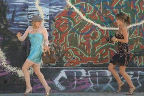 Hilary Duff con sua sorella Haylie in una scena di Material Girls