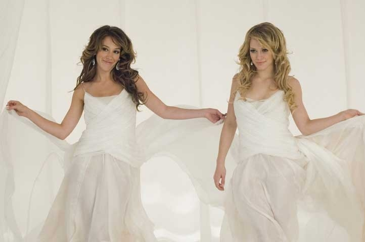 Haylie e Hilary Duff in una scena di Material Girls