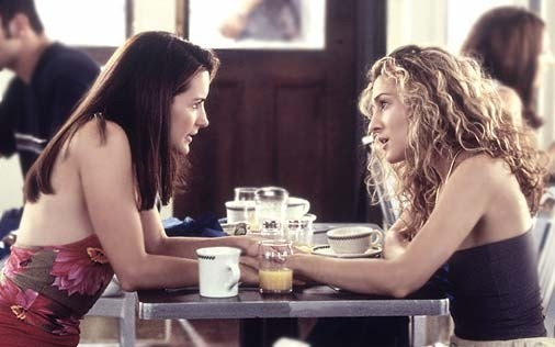 Kristin Davis e Sarah Jessica Parker in una scena di Sex and the City, episodio Single è bello?